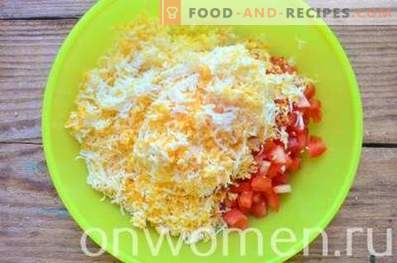 Tartaletas con queso, tomates y huevos