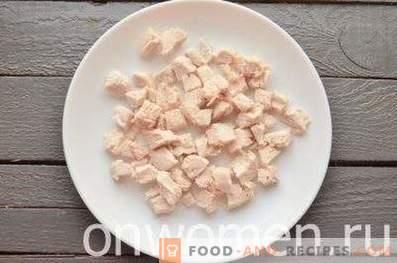 Салата с пилешко месо, сини сливи и грозде