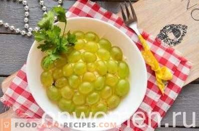Ensalada con pollo, ciruelas y uvas