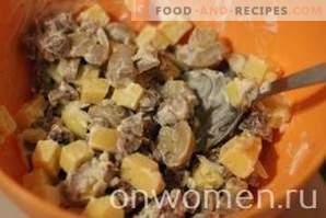 Ensalada con carne, champiñones y galletas