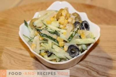 Ensalada con calamares, maíz y pepinos