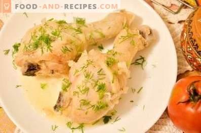 Muslos de pollo al horno en kéfir en una olla de cocción lenta