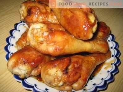 Muslos de pollo frito en una sartén