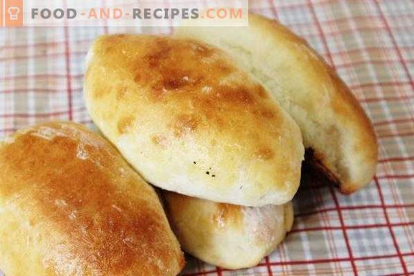 Empanadas con ciruelas de masa de levadura en el horno