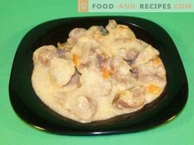 Estómagos de pollo en crema agria en una olla de cocción lenta