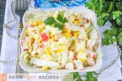 Ensalada con col, palitos de maíz y cangrejo