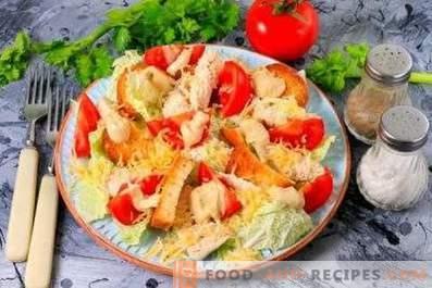 Ensalada César con pollo, col china, galletas y tomates