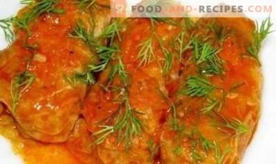 Rollitos de repollo al horno en salsa de crema agria de tomate