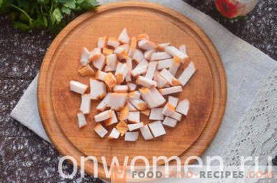 Ensalada con pollo ahumado, piña, queso, huevo